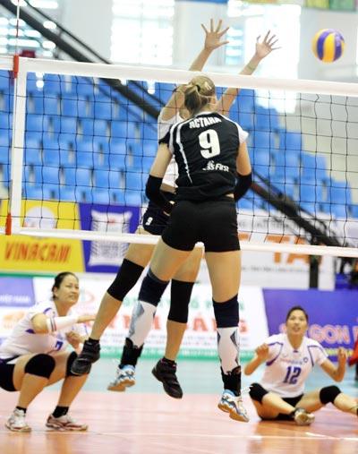 Irina Shenberger (9) của Astana ghi điểm trong trận thắng kịch tính trước Ngân hàng Công Thương Ảnh: ĐÀO TÙNG