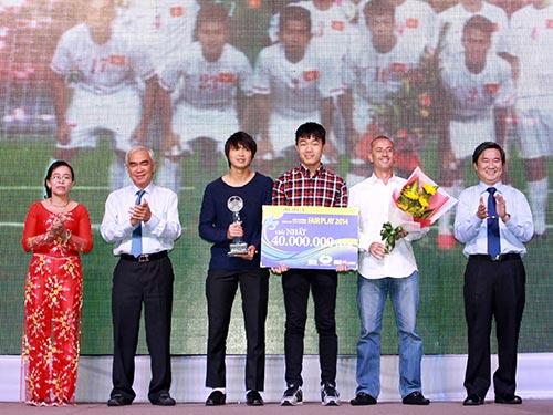 HLV Graechen (thứ hai từ phải sang) cùng các tuyển thủ Xuân Trường, Tuấn Anh đại diện U19 Việt Nam nhận Giải thưởng Fair Play 2014 Ảnh: QUANG LIÊM