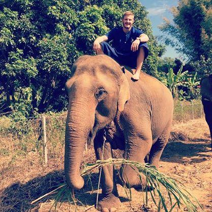 Trước khi đến Việt Nam, tài tử này cùng bạn bè du lịch Thái Lan