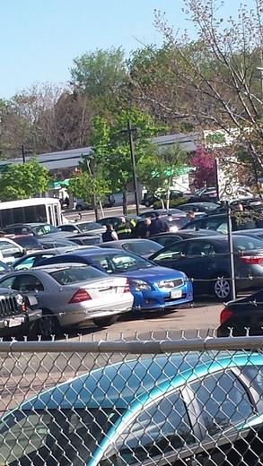 Cảnh sát đến bãi đậu xe đưa bé gái ra ngoài. Ảnh: WCVB