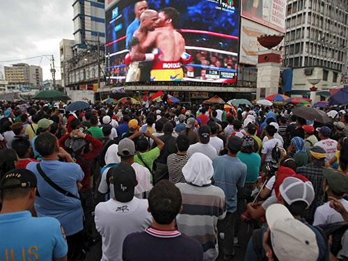 Màn so găng giữa Floyd Mayweather và Manny Pacquiao không tương xứng với tổng số tiền 300 triệu USD mà cả hai được nhận Ảnh: REUTERS