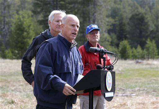 Thống đốc bang California - Mỹ Jerry Brown thông báo các biện pháp tiết kiệm nước hôm 1-4 Ảnh: AP