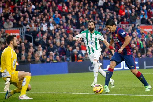 Barca hy vọng Suarez (phải) sẽ ghi nhiều bàn hơn trong năm 2015, bắt đầu từ chuyến làm khách tại Sociedad Ảnh: REUTERS
