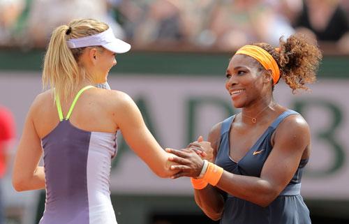 Sharapova (trái) và Serena Williams đủ sức giành thêm các danh hiệu Grand Slam trong năm 2015  Ảnh: REUTERS