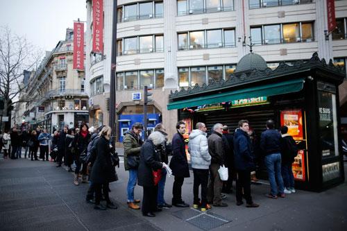 Nhiều người xếp hàng trước một ki-ốt ở Paris để mua số báo Charlie Hebdo Ảnh: REUTERS
