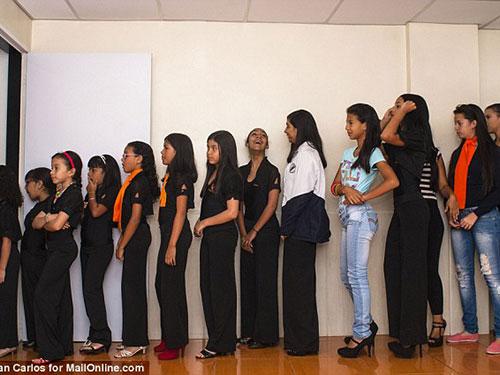 Không ít bé gái Venezuela đến học viện làm đẹp với hy vọng đổi đời Ảnh: DAILY MAIL