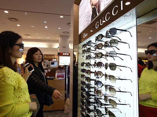 Du khách Trung Quốc mua kính tại một cửa hàng ở Jeju Ảnh: BLOOMBERG