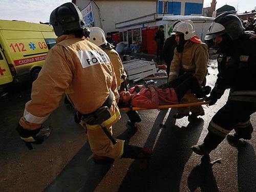 Một người bị thương trong vụ hỏa hoạn được đưa đi cấp cứu Ảnh: KOMMERSANT