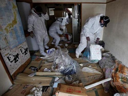 Nhóm của anh Hirotsugu Masuda dọn dẹp căn hộ nơi một cụ ông 85 tuổi chết 1 tháng mà không ai  phát hiện Ảnh: Reuters