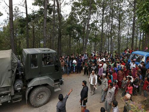 Người dân chặn xe tải của quân đội chở hàng viện trợ ở gần khu vực Chautara thuộc quận Sindhupalchok ngày 29-4 Ảnh: REUTERS
