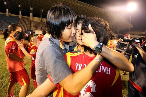 HLV Kim Chi vui mừng cùng các học trò sau khi đội nữ TP HCM vô địch giải 2015 Ảnh: Ngọc Linh