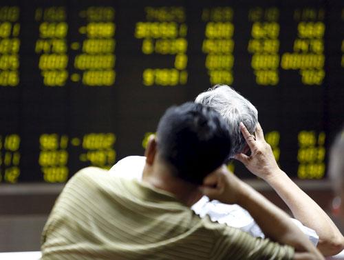 Nhà đầu tư theo dõi bảng điện tử thông tin chứng khoán tại Bắc Kinh hôm 7-7Ảnh: REUTERS