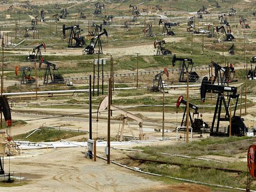 Mỹ đã trở thành nhà sản xuất dầu lớn nhất thế giới sau khi vượt qua Ả Rập Saudi. Trong ảnh: Khu khai thác dầu mỏ ở Bakersfield, bang California Ảnh: BLOOMBERG