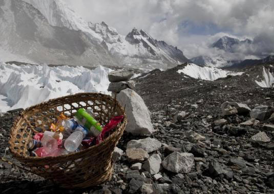 Nhiều tấn rác và chất thải con người bị bỏ lại trên núi Everest thời gian qua Ảnh: REUTERS