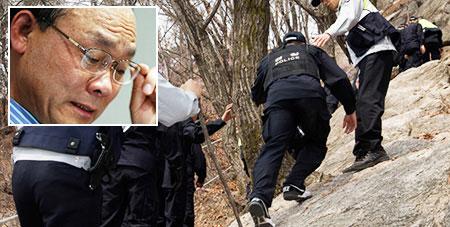 Lực lượng tìm kiếm phát hiện thi thể ông Sung Woan-jong (ảnh nhỏ) treo trên cây hôm 9-4 Ảnh: THE KOREA TIMES
