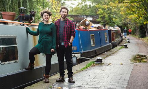 Cô Emily Morus-Jones và bạn trai cạnh chiếc thuyền của họ gần khu Camden ở London Ảnh: The Guardian