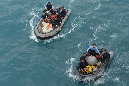 Thợ lặn tham gia tìm kiếm những phần còn lại của QZ8501 Ảnh: REUTERS