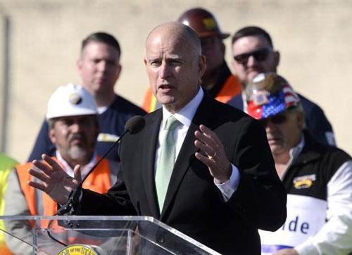 Ông Jerry Brown, Thống đốc bang California, phát biểu tại lễ khởi công xây dựng tuyến đường sắt cao tốc Ảnh: THE FRESNO BEE