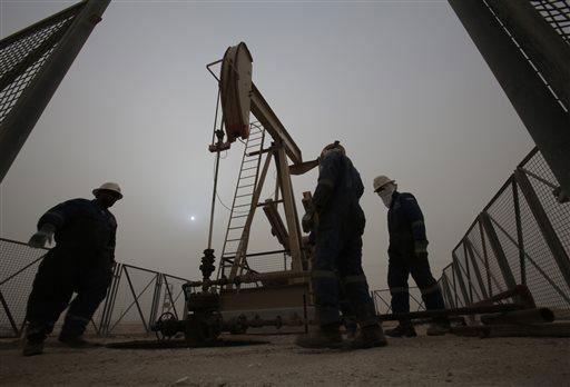 Giá dầu không ngừng sụt giảm do cung đang vượt cầuẢnh: AP