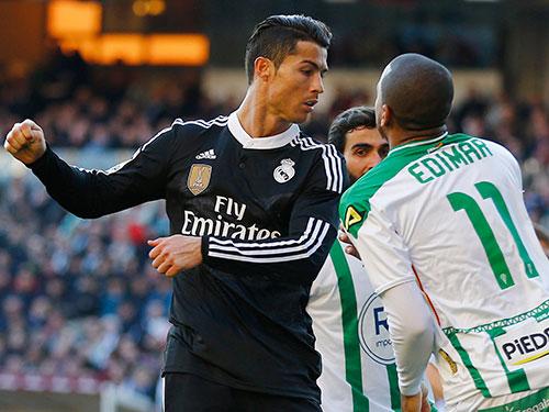 Ronaldo và hành động không đẹp với Edimar   Ảnh: REUTERS