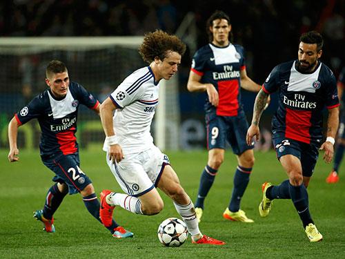 Trung vệ David Luiz (áo trắng) sẽ là một trong những nhân vật đáng chú ý nhất  rạng sáng 18-2 khi cùng PSG chống lại đội bóng cũ Chelsea Ảnh: REUTERS