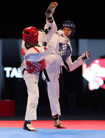 Kim Tuyền (phải) trong trận chung kết hạng cân 46 kg nữ môn taekwondo