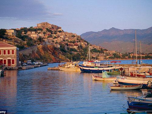 Đảo Little Lesbos cách đảo chính Lesbos khoảng 200 m Ảnh: Alamy