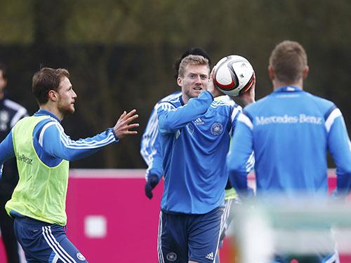 Hậu vệ Hoewedes (trái) và tiền vệ Schurrle trong buổi tập của đội Đức trước trận gặp GeorgiaẢnh: REUTERS