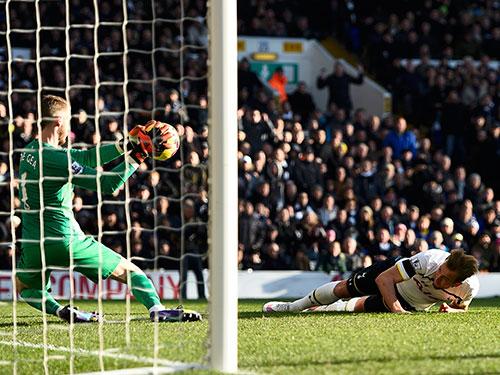 Thủ môn De Gea cản phá pha đánh đầu của H.Kane ở lượt đi M.U hòa Tottenham 0-0 trên sân khách  Ảnh: REUTERS