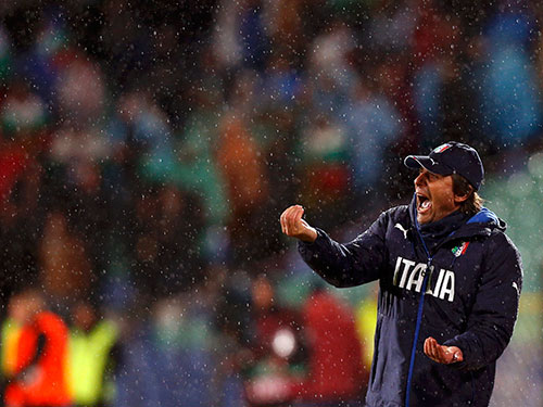 HLV Conte trong trận Ý hòa chủ nhà Bulgaria 2-2 Ảnh: REUTERS