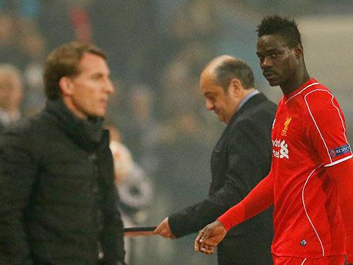 Balotelli (phải) không thể giúp Liverpool đi tiếp ở Europa League Ảnh: REUTERS
