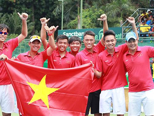 Niềm vui thăng hạng nhóm 2 Davis Cup của đội tuyển quần vợt Việt Nam Ảnh: Đức Anh
