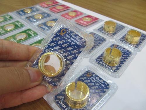 Giá vàng nhẫn rẻ hơn nhiều so với vàng SJC - Ảnh 1.