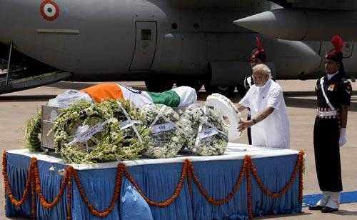 Thủ tướng Narendra Modi đặt vòng hoa trước linh cữu cựu Tổng thống Abdul Kalam hôm 28-7 Ảnh: NDTV