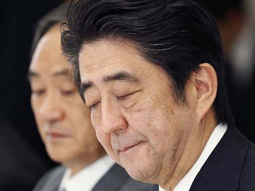 Thủ tướng Shinzo Abe cũng vướng vào bê bối quỹ chính trị Ảnh: AP