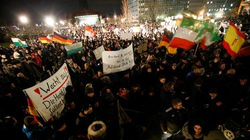 Cuộc tuần hành do nhóm PEDIGA tổ chức ở TP Dresden - Đức hôm 12-1 Ảnh: REUTERS