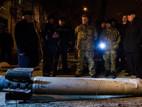 Tổng thống Ukraine Petro Poroshenko thăm TP Kramatorsk tối 10-2 Ảnh: REUTERS