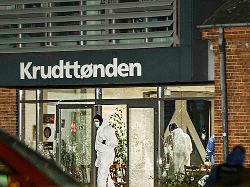 Nhân viên pháp y kiểm tra quán cà phê Krudttoenden, nơi xảy ra vụ xả súng đầu tiên Ảnh: REUTERS