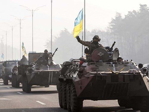 Binh sĩ Ukraine trở về Kiev từ miền Đông hôm 11-3 Ảnh: REUTERS