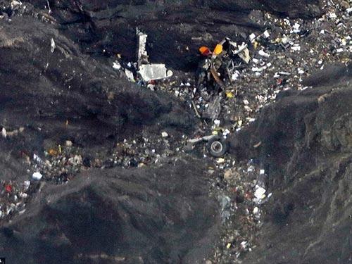 Chiếc máy bay vỡ vụn thành nhiều mảnh nhỏ Ảnh: EPA