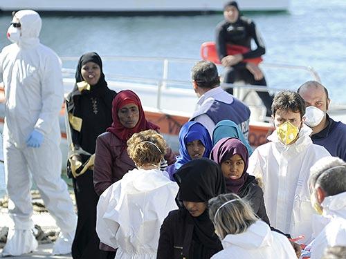 Khoảng 100 người di cư được đưa đến TP Palermo - Ý hôm 18-4 Ảnh: REUTERS