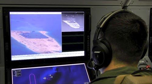 Máy bay do thám P-8A Poseidon của Mỹ ghi nhận hoạt động cải tạo đất trái phép của Trung Quốc ở biển Đông hôm 20-5 Ảnh: US NAVY