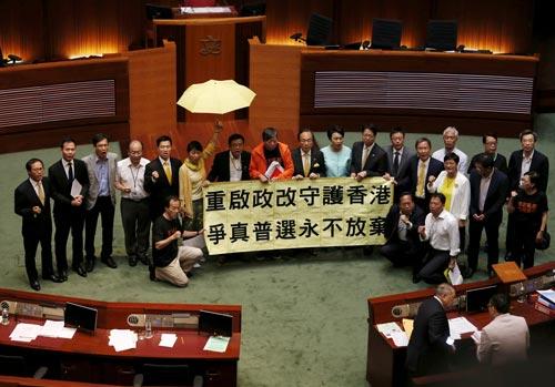 Các nhà lập pháp Hồng Kông ủng hộ dân chủ sau cuộc bỏ phiếu hôm 18-6 Ảnh: REUTERS