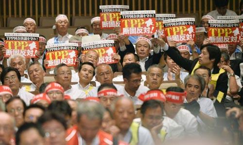 Nông dân Nhật Bản tuần hành bày tỏ lo ngại về TPP tại Tokyo hôm 27-7 Ảnh: KYODO