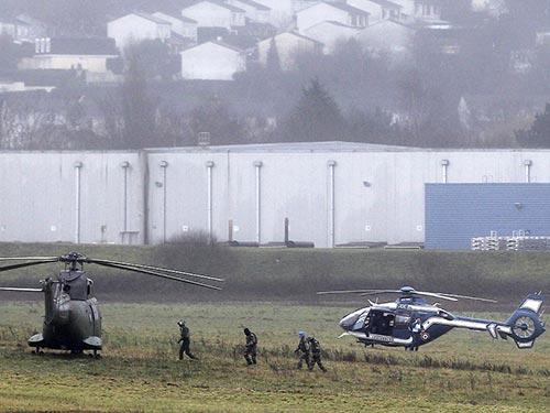 Cảnh sát và lực lượng vũ trang tới Dammartin-en-Goele để giải cứu con tin Ảnh: AP