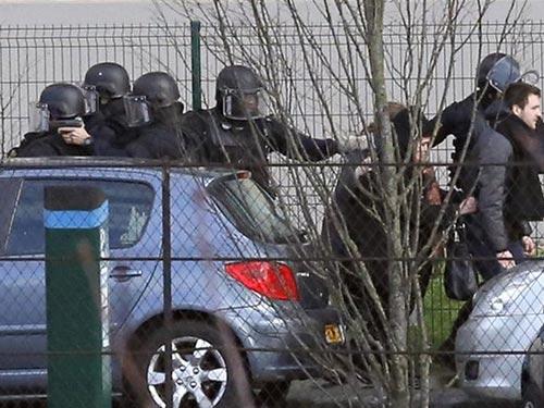 Cảnh sát giúp người dân rời khỏi hiện trường nguy hiểm tại tại khu vực Port de Vincennes Ảnh: AP