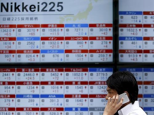 Thị trường chứng khoán Nhật Bản đang gây thắc thỏm Ảnh: REUTERS