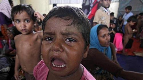Một đứa trẻ di cư tại lán trại ở TP Langsa, tỉnh Aceh - Indonesia hôm 15-5 Ảnh: EPA