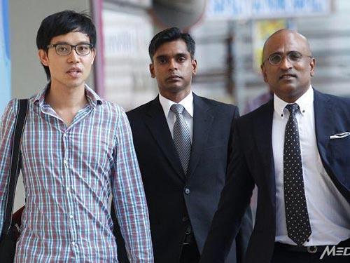 Blogger Roy Ngerng (bìa trái) cùng luật sư ra tòa hôm 12-1 Ảnh: TODAY