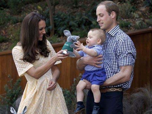 Hoàng tử bé George nhận một món quà trong chuyến đi đến Vườn thú Taronga ở TP Sydney - Úc năm ngoái Ảnh: AP